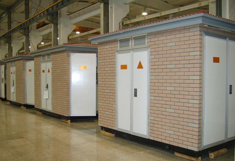 变压室里都是变压器,是箱变的主要设备;低压室里面有低压母排,低压